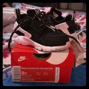 Kids 8c Nike Huarache Run black&white sneakers